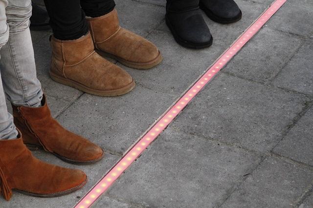 足元で信号の色が分かる!前方不注意なスマホ中毒者のための安全対策