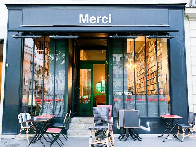 カフェは「Merci」の入口にあります