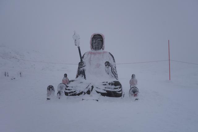 雪に埋もれる蔵王地蔵尊