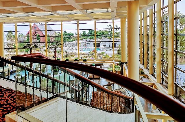 千葉県・シェラトン・グランデ・トーキョーベイ・ホテル内「カフェ トスティーナ」のある2階の眺め