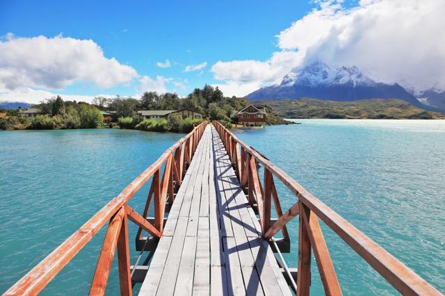 エメラルドグリーンが美しい!チリの国立公園の湖「ペオエ湖」