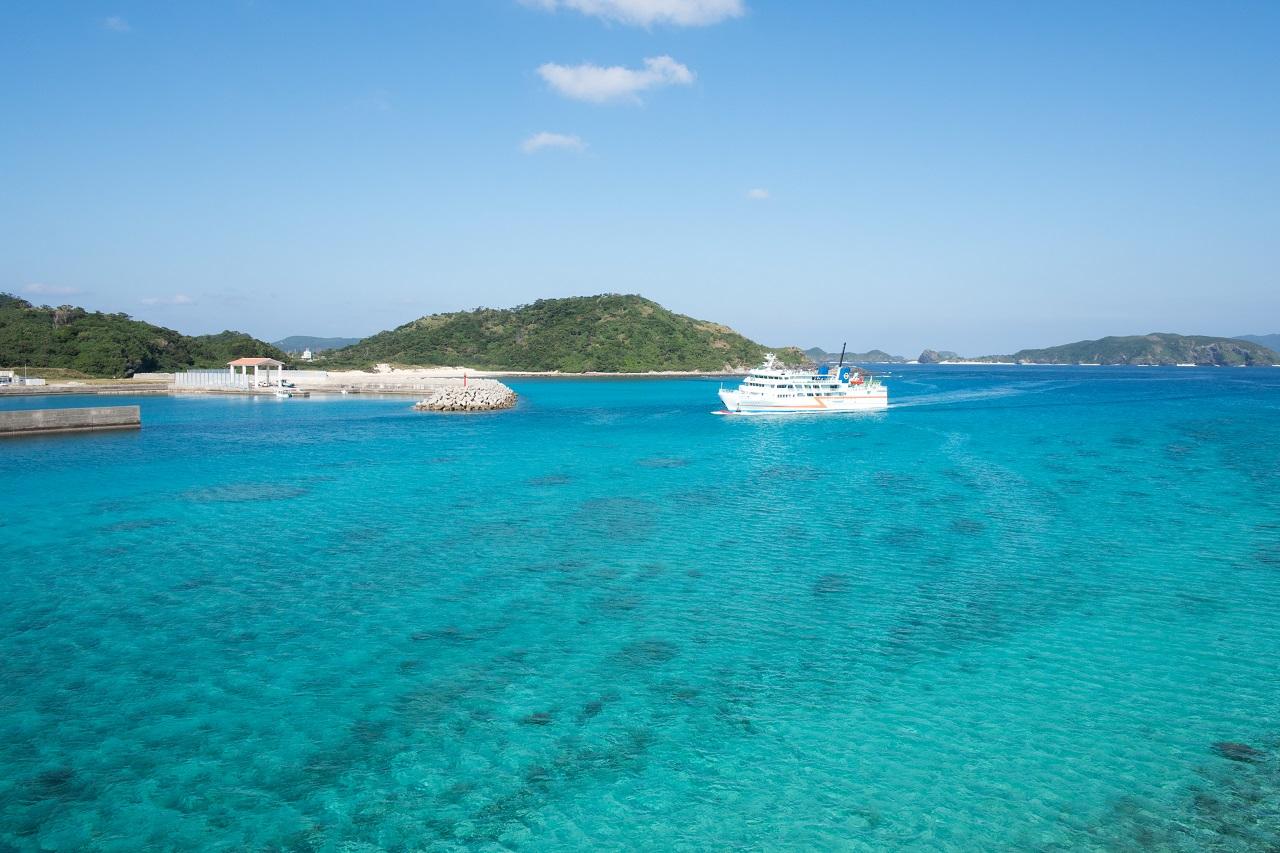 離島と本島を結ぶ船