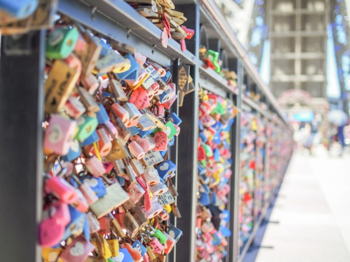 フランスの愛の橋にかかる南京錠