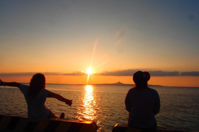沖縄の海を眺める二人