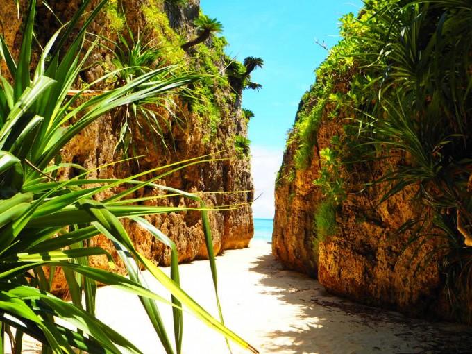 備瀬のワルミは崖の間から見える海