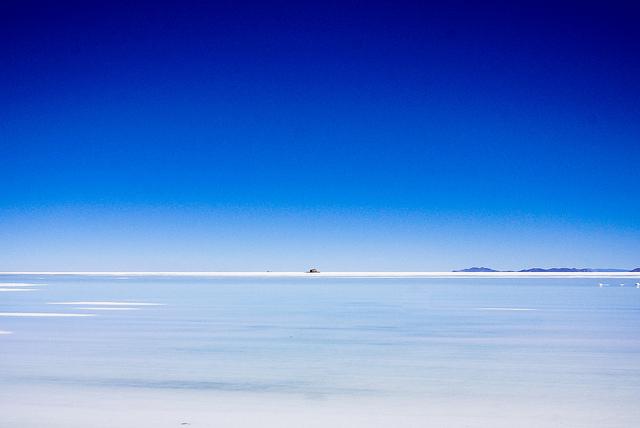 かつては沿岸だけでなく塩湖内にあった塩野ホテル…!